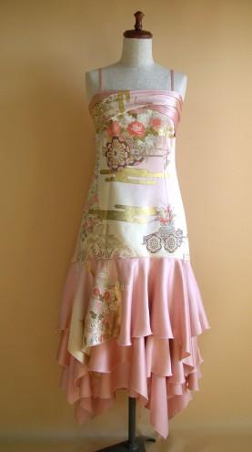 ピンク色のぼかしの品のある訪問着を、ドレスにリメイクいたしました。 華やかで、びっくりするほど、豪華です。
